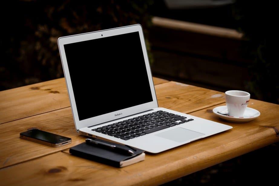 ordinateur sur une table