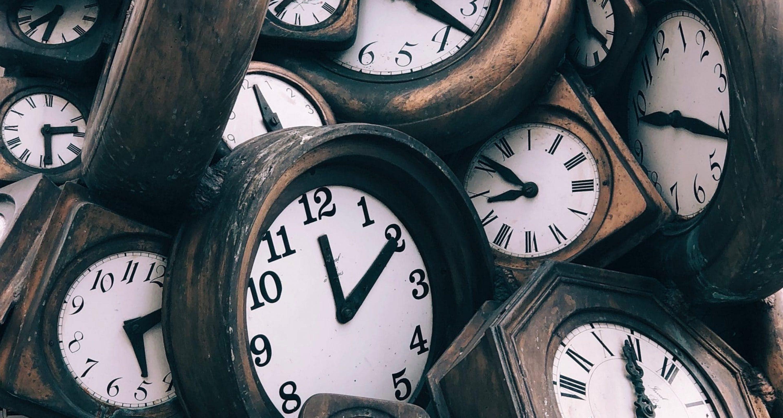 horloges empilées pour accentuer l'idée d'un temps précieux